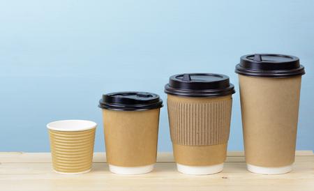 Papier koffie kopjes op een houten tafel