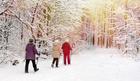 冬の公園でノルディックウォーキング。 写真素材