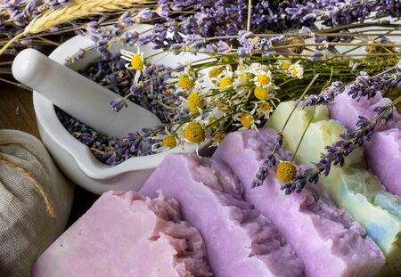 Handmade Soap with dried lavender and chamomile flowers with white ceramic mortar. Imagens - 128592375