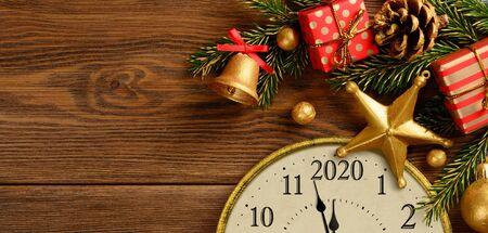 Happy new year 2020. Retro style clock with christmas decorations. Standard-Bild - 129176930