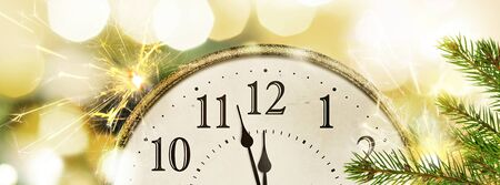 Retro style clock New Years Eve with christmas and new year blurred bokeh background Banco de Imagens