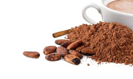 Kakaopulver und Bohnen mit einer Tasse heißem Kakao isoliert auf weiß