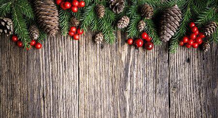 Weihnachtsbaumaste auf rustikalem hölzernem Plankenhintergrund Standard-Bild