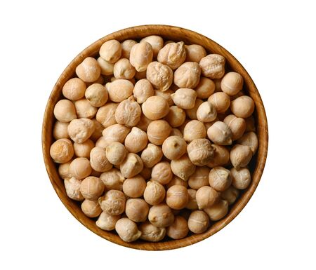 Dry chickpeas in wooden bowl isolated on white. 版權商用圖片 - 133782484