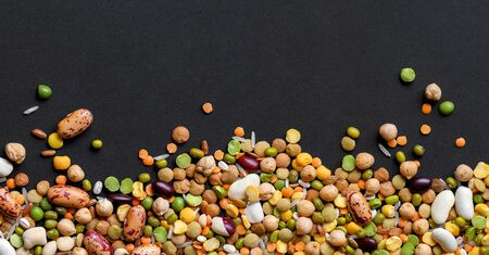 Colorful mixed legumes and cereals on black background. 版權商用圖片 - 133782488