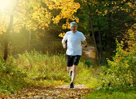 Man running in autumn park 版權商用圖片