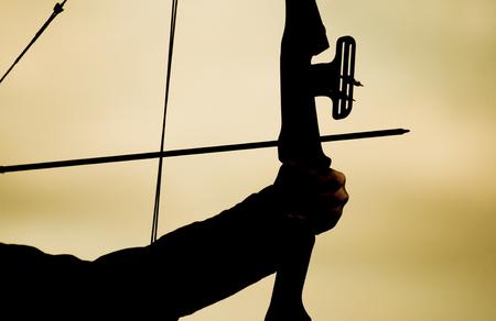 hombre disparando: El hombre de disparo con el arco y la flecha Foto de archivo