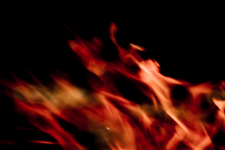 hot temper: Llamas sobre un fondo negro.