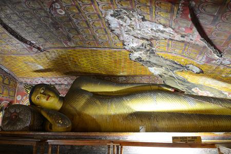 Statue of reclining Buddha in the ancient Buddhist cave temple at Dambulla, Sri Lanka. Standard-Bild