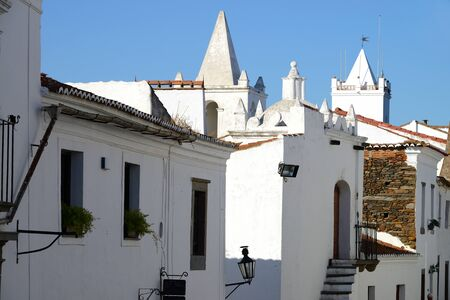 Houses, shops and churches painted white through the streets of the medieval town of Monsaraz in Alentejo, Portugal Banco de Imagens