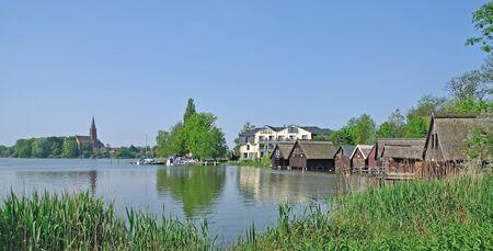ミューリッツ湖、メクレンブルク湖地区、ドイツで Roebel の村 写真素材