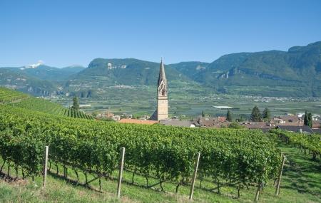 Weindorf Tramin an Südtiroler Weinstraße in der Nähe von Meran und Bozen, Südtirol, Italien