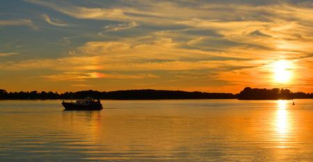 ミューリッツ湖でメクレンブルク湖地区、ドイツ メクレンブルク西部ポメラニアの夕日