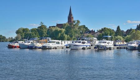 ミューリッツ湖、メクレンブルク西ポメラニア、ドイツのメクレンブルク湖地区で Roebel