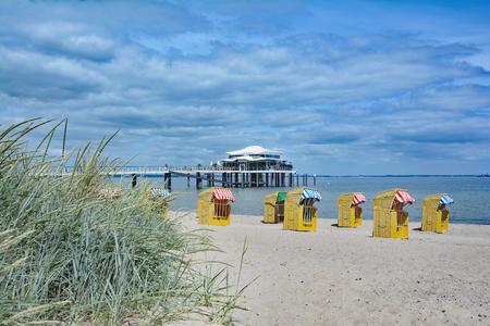 バルト海、ドイツのシュレースヴィヒ = ホルシュタイン州でティメンドルファー シュトラントのビーチ