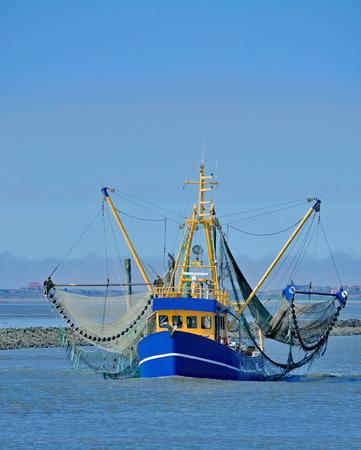 Regreso a casa Camarón Barco en el mar del Norte, wadden Sea, Alemania Foto de archivo - 84417044