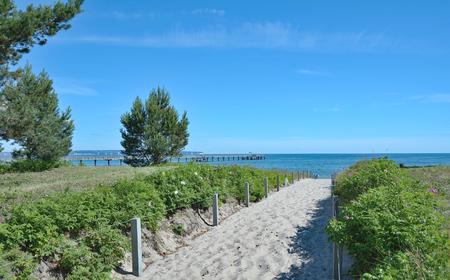 リューゲン、バルト海ポメラニア、ドイツ メクレンブルク西部のビンツのビーチに歩道 写真素材