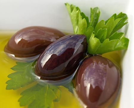 Kalamata olives and olive oil in dish Banque d'images