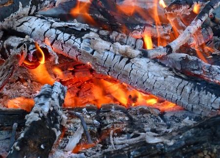 屋外の火燃焼のクローズ アップ 写真素材