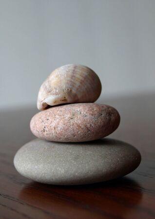 海によって滑らかに着用岩が一緒に積層 写真素材 - 11011183