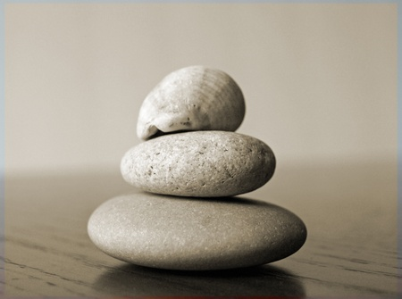 岩で一緒に積み上げ、黒と白の海滑らかな着用 写真素材