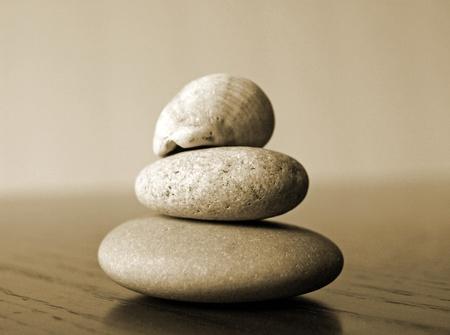 海によって滑らかに着用岩が一緒に積層 写真素材 - 11011213
