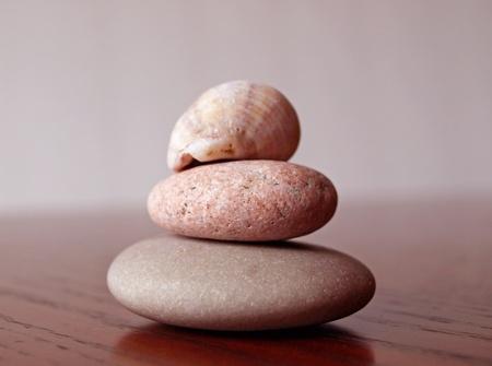 海によって滑らかに着用岩が一緒に積層