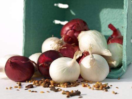 玉ねぎとスパイスのバスケット 写真素材