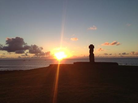 rapa nui: Moai atardecer Isla de Pascua Rapa Nui Foto de archivo