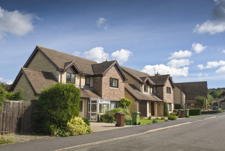 かなり新しく建てられた家および庭澄んだ青い夏空に対して。 写真素材