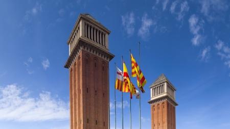 Wspaniałe wieże weneckie, Plaa d'Espanya, jeden z najważniejszych placów Barcelony, u podnóża Montjuc, w dzielnicy Sants-Montjuc.
