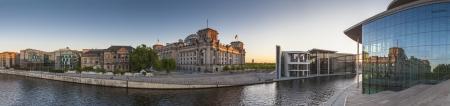 Mighty Rijksdag (1894), appartementen en Bundeskanzleramt de Duitse kanselarij verlicht bij het eerste licht, Berlijn, Duitsland. Stockfoto