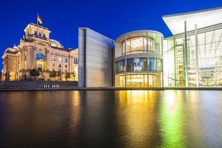 chancellerie: Puissant Reichstag (1894) et des b�timents gouvernementaux, y compris la Chancellerie f�d�rale chancellerie allemande �clair�e la nuit et se refl�tent dans la rivi�re Spree, � Berlin, en Allemagne.