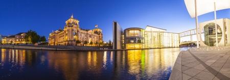 chancellerie: Puissant Reichstag (1894), appartements et bundeskanzleramt la chancellerie allemande �clair�e la nuit et se refl�tent dans la rivi�re Spree, � Berlin, en Allemagne.