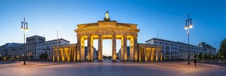 Mooie nacht tijd verlichting van de Brandenburger Tor (1788) geïnspireerd door de Griekse architectuur, gebouwd als een symbool van vrede en nationalisme, nu een symbool van de hereniging.
