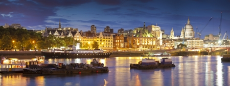 blackfriars bridge: Pretty night time illuminations of the iconic architecture along the River Thames, many iconic sights visible including St Pauls cathedral, Gherkin (30 St Mary Axe), Tower 42 of the downtown district in London.