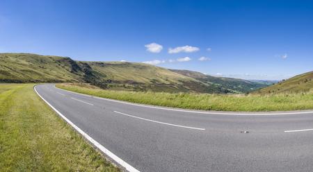 invitando: Invitando carretera en direcci�n a la pintoresca horizonte.