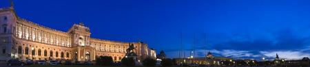 hofburg: Hofburg place (13�me si�cle) illumin� sur une soir�e �t�s clairs dans la ville de Vienne, en Autriche. Banque d'images