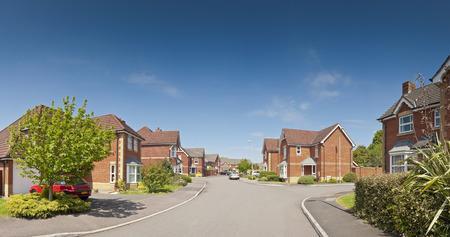 Maisons nouvellement construites et de jolis jardins contre un ciel clair étés bleu cousu image panoramique détaillée lorsqu'il est vu grand Banque d'images