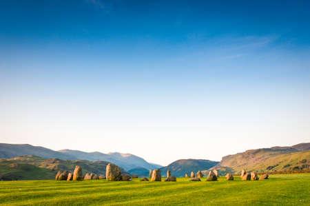 steencirkel: Oude steencirkel van Castlerigg 3200 voor Christus verlicht door warme vroege ochtend zonlicht in het Lake District UK