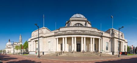 welsh flag: Museo Nazionale di Cardiff (1927) in Galles, Municipio visibile a sinistra. Prospettiva corretta panorama cucito dettagliato se visti di grandi dimensioni. Editoriali