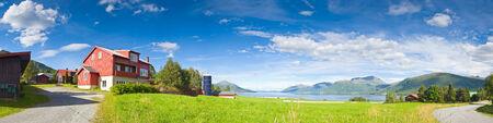Idyllische landelijke scène met meren, bergen en groot hemeluitzicht, Noorwegen. Stockfoto