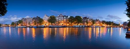 네덜란드어 인형 집의 예쁜 별이 빛나는 밤 시간 조명 암스테르담의 조용한 운하에 반영.