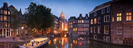 美しいネオ ・ ルネッサンス様式の聖ニコラの夜時間イルミネーション (1842 年) アムステルダムの中心部の教会 写真素材