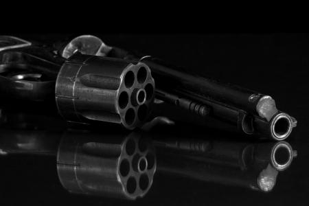 ヴィンテージ白と黒の銃を持っていた。 写真素材