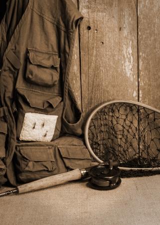 黄麻布 ceader 木製壁上のギアを釣りフライします。