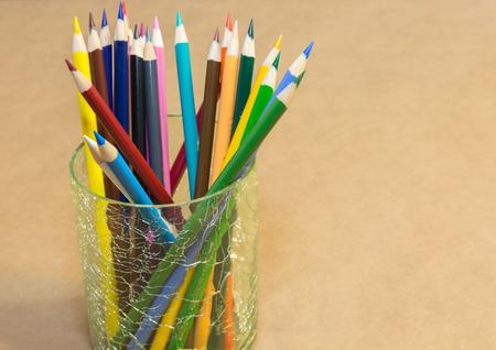 paper craft: l�piz de color fij� en un recipiente de vidrio sobre el papel del arte.