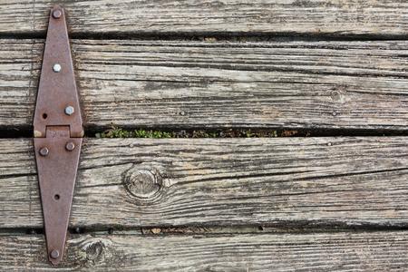 Old cerniera arrugginito tenendo galleggiante bacino di legno insieme