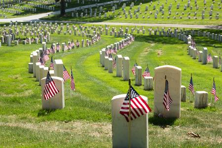 banderas america: Cementerio nacional de Marietta en el Memorial Day