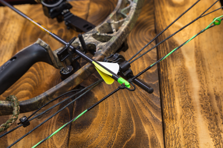 camouflage compound hunting bow with arrow Archivio Fotografico